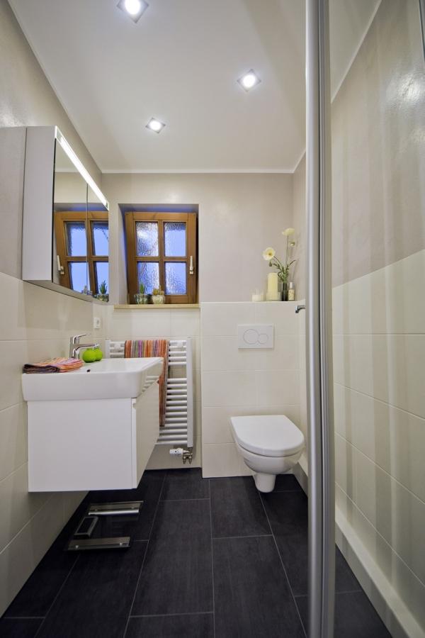 Kleines Bad mit dunklem Boden | Kreuzer | Plech | Fränkische ...
